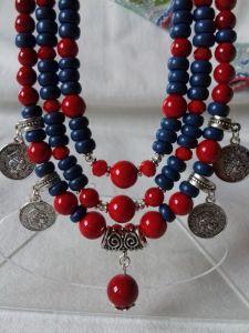 Комплект: серьги и ожерелье из красного коралла и синие керамические бусинки