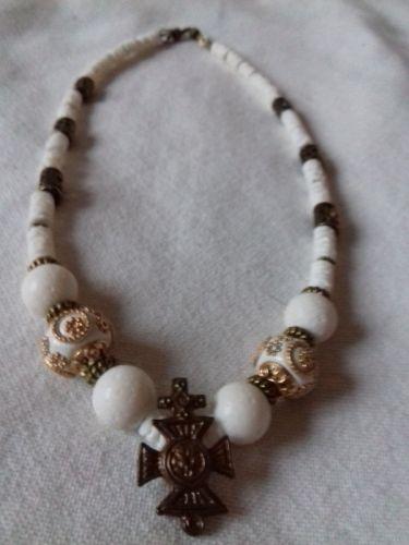 Ожерелье из белого коралла с гуцульским крестиком