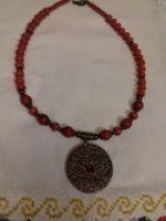 Ожерелье из красного коралла с кулоном керамическим