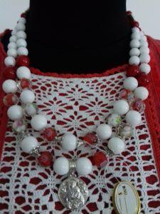 Ожерелье на два ряда из белого агата, красного коралла, венецийкы и серебряная подвеска