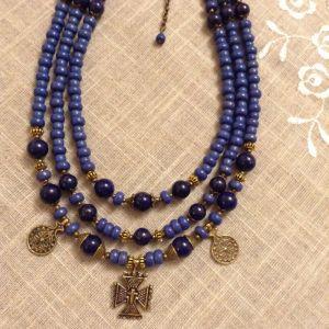 Ожерелье на три ряда из синего лазурита и керамики с подвесками