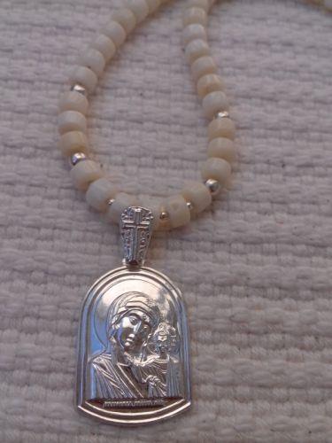 Ожерелье из белого коралла и серебряной подвеской