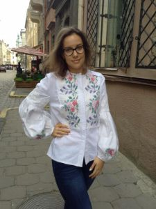 Колода Людмила Рубашка из белого льна ручная вышивка крестиком цветы