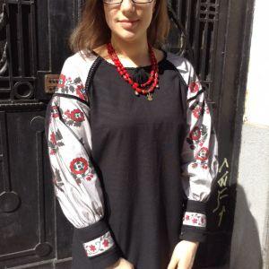 Сорочка чорна з вишитими рукавами червоно чорні квіти