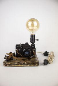 Светильники ручной работы Настольная лампа Pride&Joy с винтажным фотоапаратом с фигурами Лихтенберга