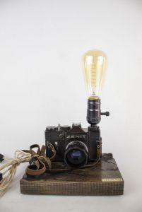 Костюк Эдуард Настольная лампа Pride&Joy с винтажным фотоаппаратом с фигурами Лихтенберга