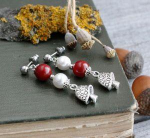 Серьги ручной работы Красные серьги грибочки с натуральным кораллом и жемчугом майорка Ассиметричные сережки мухоморы