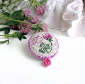 Коцкулич Татьяна Брошь бохо розовая Брошь клевер с подвеской из агата Ручная вышивка