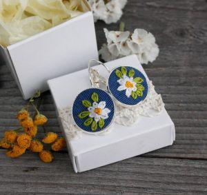 Коцкулич Татьяна Маленькие серьги с ромашками Синие летние сережки