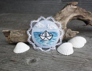 Броши ручной работы Морская брошь бохо с кружевом Голубая летняя брошь кораблик Подарок путешественнику  на удачу