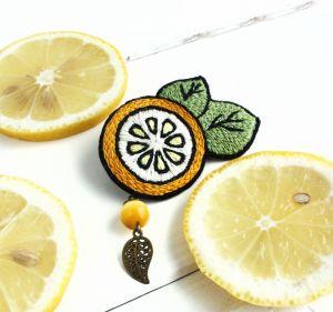 Украшения ручной работы Брошь Лимонная долька, кошачий глаз, ручная вышивка