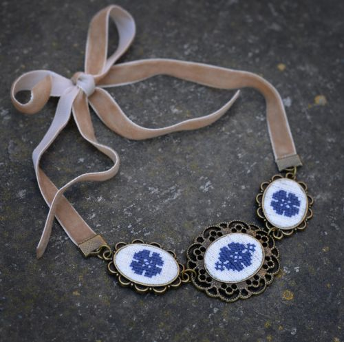 Синее ожерелье чокер на бархотке Украшение на выпускной ручная вышивка