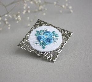 Блакитна брошка під комір з ручною вишивкою і філігранню