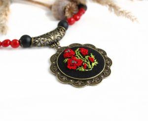 """Ожерелье из коралла Красно-черное ожерелье с кулоном """"Маковый букет"""" (ручная вышивка шелком, натуральный коралл, агат)"""