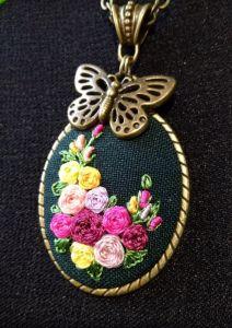 Метелик над клумбою (темний)