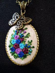 Метелик над клумбою (світлий)