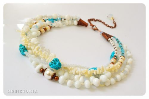 Ожерелье из белого коралла, опалиту, турквениту, жемчуга, кошачьего глаза и агата
