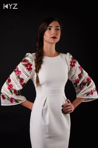 Платье с вышитыми рукавами