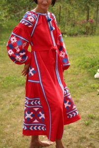 Красное платье с дизайнерским орнаментом