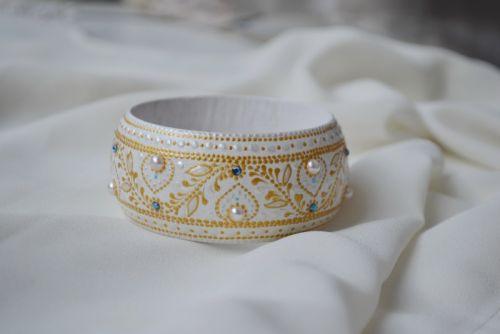 Білий дерев'янний браслет