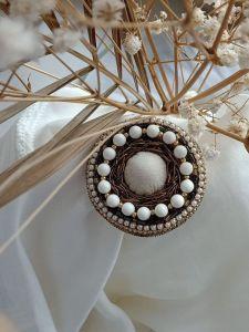 Брошки ручної роботи Вишита кругла брошка-кулон з перлинами Сваровськи