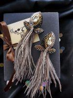 Бежевые серьги с перьями и кристаллами