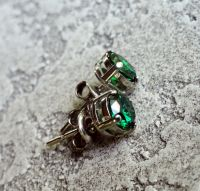 Серебряные серьги-пуссеты с зеленым цирконом