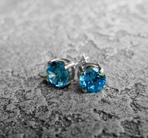 Серебряные серьги с голубым камнем Серебряные серьги-пуссеты с голубым цирконом