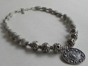 Ожерелье с ховлита