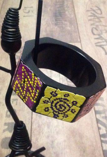 Кольоровий дерев'яний браслет в африканському стилі