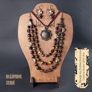 """Poli-Art Комплект ожерелье, подвеска и серьги из натурального камня бычьего, тигрового и соколиного глаза """"Подарок земли"""""""