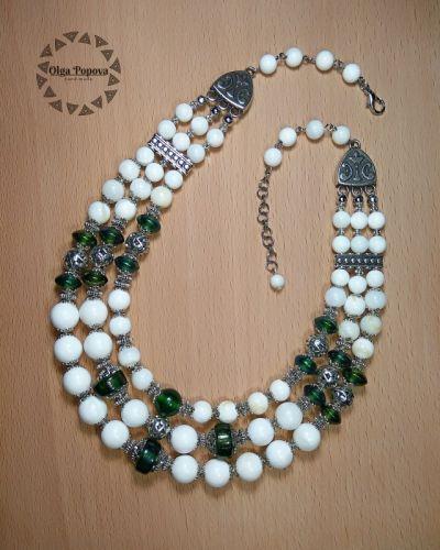 """Ожерелье """"Зеленые листья, белые каштаны"""""""