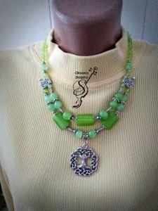 """Ожерелье ручной работы Бусы из зеленого оникса с оберегом """"Дерево жизни"""""""