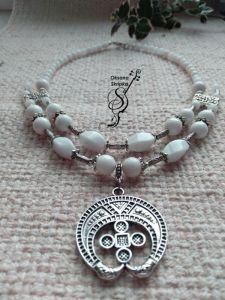 Ожерелье ручной работы Бусы из белого прес.агата с кулоном-оберегом Лунница