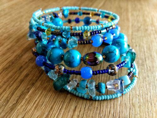"""Жіночий браслет на руку """"Риф"""" з натурального каминня на меморі дроті"""