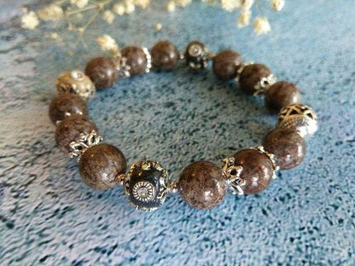 Женский браслет из натурального камня и бусин ручной работы