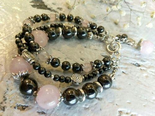 Трехрядный браслет из натуральных камней.
