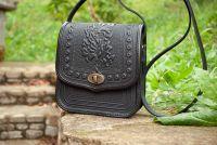 Черная кожаная сумка женская с декором тиснением через плечо бохо