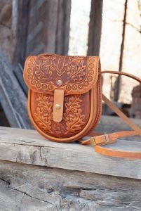 Рогозян-Ухман Людмила Маленькая кожаная сумочка через плечо оливковая с орнаментом тиснение Этно-стиль
