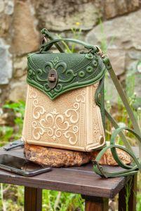 Рюкзак ручной работы Сумочка-рюкзак кожаная женская бежевая с оливковым с тиснением