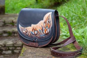 Сумки ручной работы Кожаная женская сумка через плечо полукруглая  темно-синяя с росписью цветами