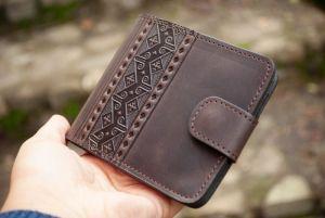Кошельки ручной работы Мужской кожаный кошелек коричневый с тиснением народным орнаментом