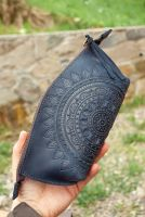 Темно-синяя кожаная косметичка с тиснением узором Солнышко