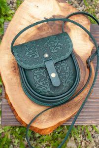 Рогозян-Ухман Людмила Маленькая кожаная сумочка через плечо темно-зеленая с орнаментом тиснение Этно-стиль
