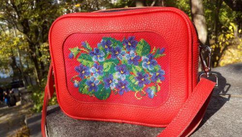 Красная кожаная сумка с ручной вышивкой - изображение 1