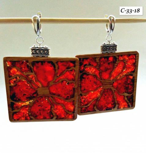 Красные серьги из дерева в форме квадрата