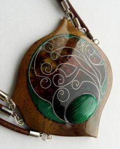 Кулон из янтаря Кулон из американского ореха с натуральным камнем