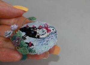 Швайковская Оксана Брошь круглая вышитая с цветами и птицами подарок женщине
