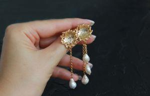Швайковська Оксана Сережки золоті із ланцюжками та натуральними барочними перлами