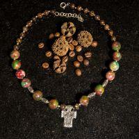 Ожерелье с яшмой и серебряным крестом